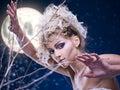 De vrouw van de schoonheid onder maan Royalty-vrije Stock Afbeeldingen