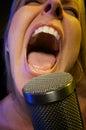 De vrouw zingt met Hartstocht Stock Foto's