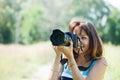 De vrouwelijke fotograaf neemt foto Royalty-vrije Stock Foto