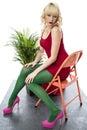 De wellustige sexy jonge hoge hielen van vrouwen korte mini dress sitting chair pink Royalty-vrije Stock Foto