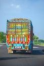 Decorazione a mano scolpita e brillantemente dipinta su un camion in india Fotografia Stock Libera da Diritti