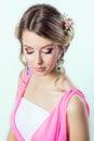 Delikat bild av en härlig kvinnaflicka som en brud med den ljusa makeupfrisyren med blommarosor i huvudet Arkivfoton
