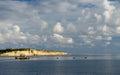 Den härliga havssikten med gulingen vaggar och fördunklar bildande i guld solnedgångtimmar varmt aftonljus landskap Royaltyfri Foto