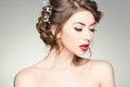 Den härliga kvinnan med görar perfekt flår att ha på sig den naturliga smink och frisyren Royaltyfri Bild