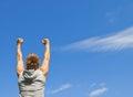 Den sportiga grabben med hans armar lyftte i glädje Royaltyfri Foto