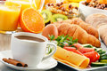 Desayune con el café zumo de naranja cruasán huevo verduras Fotografía de archivo