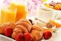 Desayune con la taza de los cruasanes de café y de frutas Imágenes de archivo libres de regalías