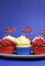 Det engelska temat röda vit och blåttmuffin med storbritannien union jack sjunker lodlinje med kopieringsutrymme Arkivfoto