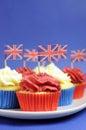 Det engelska temat röda vit och blåttmuffin med storbritannien union jack sjunker nära övre lodlinje Fotografering för Bildbyråer