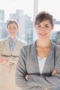 Deux femmes d affaires de sourire regardant l appareil photo avec des bras croisés Images stock