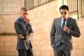 Deux hommes d affaires en front near wall lunettes de soleil Image stock