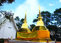 Deux pagodas d'or dans Phra ce temple de Doi Tung Photos stock