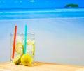Deux verres de cocktail avec la tranche de chaux sur la tache floue échouent Photo libre de droits