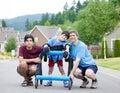 Invalidný chlapec v chodítko a brat