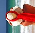do niebieskiego na plaży dziewczyna czerwony kapelusz sandy szalik nieba morskiego słońce siedzącego Hiszpanii Zdjęcia Stock