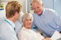 Docteur Talking To Senior Couple sur la salle Photographie stock libre de droits