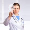 Doctor de la mujer con el estetoscopio Fotografía de archivo libre de regalías