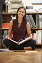 Documenti della lettura del pavimento di sitting on office della donna di affari Immagine Stock Libera da Diritti