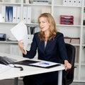 Documenti di fanning herself with della donna di affari Fotografia Stock