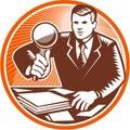 Documentos de magnifying glass looking del hombre de negocios Imagen de archivo