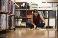 Documents de lecture de plancher de sitting on office de femme d affaires Photographie stock
