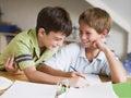 Dois Young Boys que fazem seus trabalhos de casa junto Foto de Stock