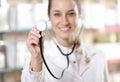 Doktorskiego mienia uśmiechnięty stetoskop Obraz Royalty Free