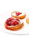 Dolce della frutta da tavola con la fragola su un piatto bianco isolato Fotografia Stock Libera da Diritti