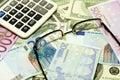 Dollar, euro bankbiljetten, calculator en glazen Royalty-vrije Stock Fotografie