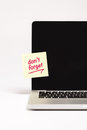 Don t forget written on sticky note on laptop screen Royalty Free Stock Photos