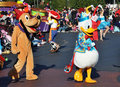 Donald Duck und Pluto in der Disney-Parade Stockfotos