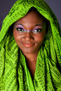Donna africana sorridente con headwrap Immagine Stock