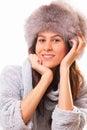 Donna attraente del brunette in un cappello di pelliccia Immagini Stock Libere da Diritti