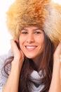 Donna Charming del brunette in un cappello di pelliccia Fotografie Stock Libere da Diritti