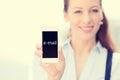 Donna che mostra smart phone mobile con il segno del email sullo schermo Immagini Stock