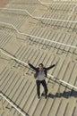 Donna di affari with arms raised sulle scale Immagini Stock Libere da Diritti