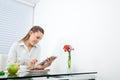 Donna di affari at breakfast table che per mezzo del pc della compressa Fotografia Stock Libera da Diritti