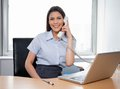 Donna di affari sorridente talking on phone Immagini Stock Libere da Diritti