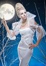 Donna di bellezza sotto la luna Fotografie Stock Libere da Diritti