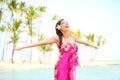 Donna felice che elogia libertà palm beach in sarong Immagini Stock Libere da Diritti