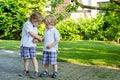 Dos pequeños muchachos del hermano que se divierten al aire libre en mirada de la familia Foto de archivo libre de regalías
