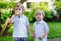 Dos pequeños muchachos del hermano que se divierten al aire libre en mirada de la familia Fotografía de archivo