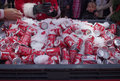 Dosen coca cola in blackpool Lizenzfreies Stockbild
