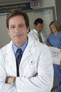 Doutor standing arms crossed Foto de Stock