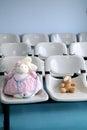 Dr bunny no urso marrom cor de rosa e pequeno com dor de olho Fotografia de Stock Royalty Free