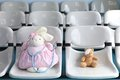 Dr bunny no urso marrom cor de rosa e pequeno com dor de olho Imagens de Stock Royalty Free