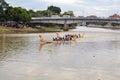 Dragon boat race under den loy krathong festivalen Royaltyfri Foto