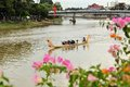 Dragon boat race under den loy krathong festivalen Arkivbild