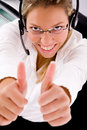 Draufsicht des lächelnden Services Daumen zeigend Lizenzfreies Stockbild