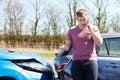 Driver making phone call dopo l incidente di traffico Fotografia Stock Libera da Diritti